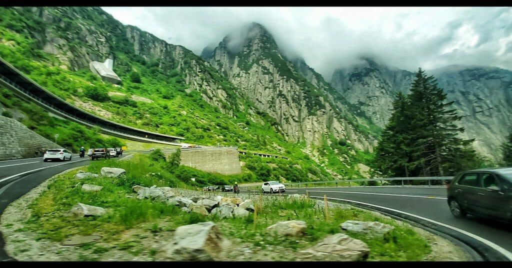 """Мобилна фотография - """"По пътя към Комо, Швейцарските Алпи"""", заснета със Samsung Galaxy S10 от Снежана Петрова-Лазарова през лятото на 2019г."""