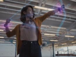 Facebook показа прототип на гривна, която ще позволи на потребителите да контролират AR очила с помощта на малки движения на пръстите и китките. Според разработчиците, устройството ще позволи да пишете по-бързо отколкото на механична клавиатура.
