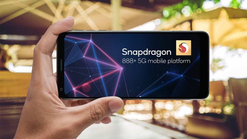 Snapdragon 888+ е овърклокнатата версия на базовата платфора с 3GHz тактова честота на производитеното ядро, 20% по ефективен AI engine и 32 TOPS.