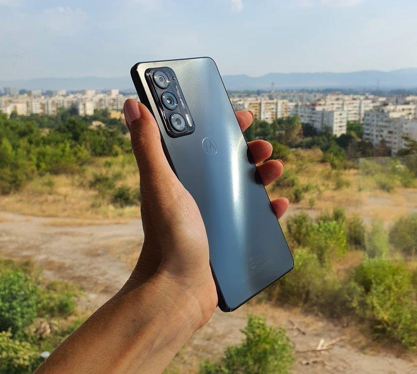 Motorola-Edge-20-v-raka